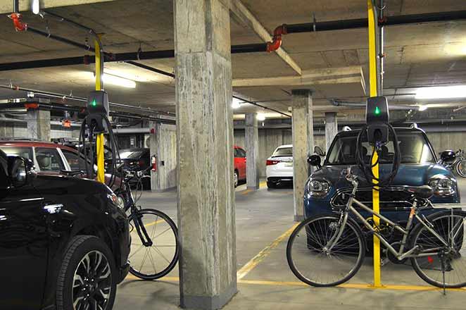 Stationnement de condo avec bornes de recharge à Montréal.