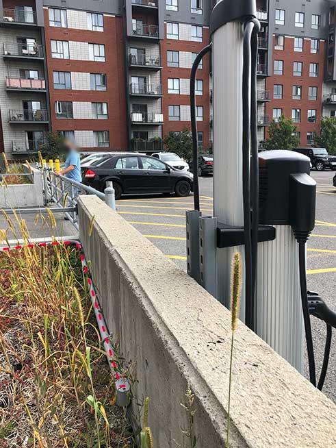 Borne de recharge installée au complexe Urbania.   EVEMS installed at the Urbania.