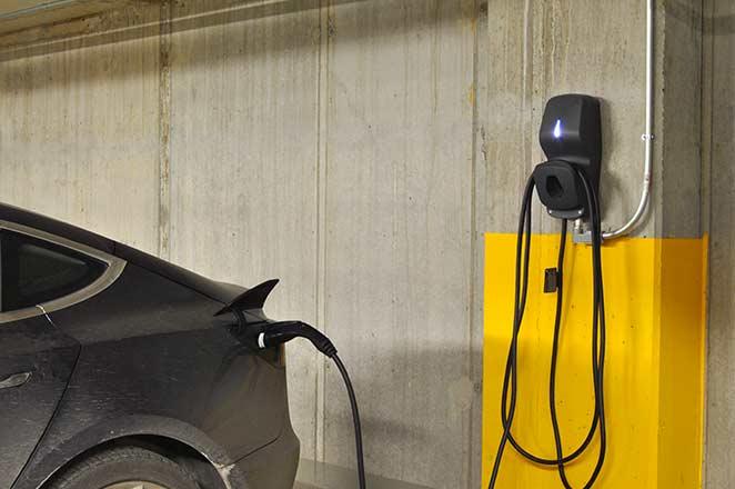 Installation de bornes de recharge au Gallery 1. | EV chargers installation at Gallery 1.