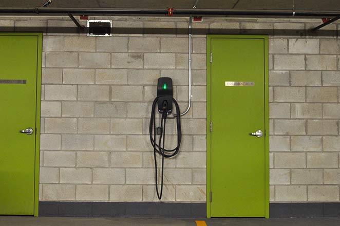 Contrôleurs de charge installés au de la Commune.   EVEMS installed at de la Commune.